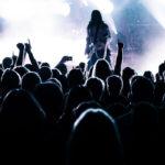 Photographie d'un concert, la foule étant au premier plan.