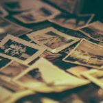 Photos anciennes éparpillées sur le sol.