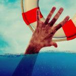 Image d'une main sortant de l'eau pour tenter d'attraper une bouée de sauvetage