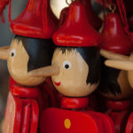 Pantins en bois du personnage Pinocchio.