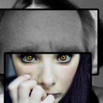 Femme portant différentes images de visages devant son propre visage.
