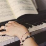 Jeune femme joue du piano