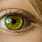 Photographie d'un oeil vert jaune d'une femme