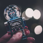 Petit robot dans une main humaine