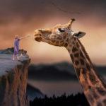 Image de synthèse d'un enfant qui essaie de nourrir une girafe géante.
