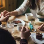 Photographie d'un couple déjeunant au restaurant
