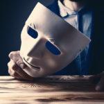 Homme qui présente un masque.